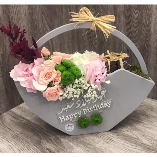 سلة زهور الهيدرنجا والبيبي روز - يتم التوصيل بواسطة Gate Of Flowers