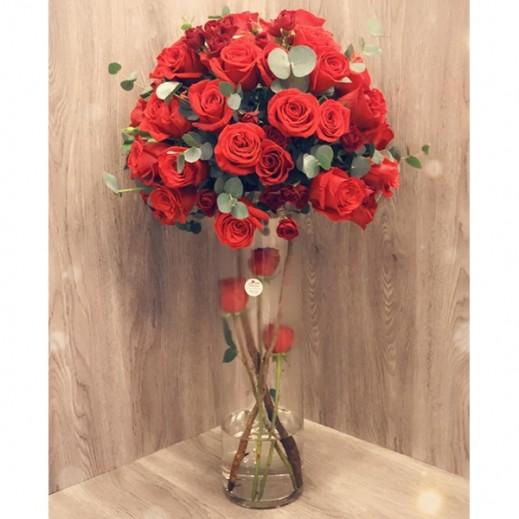 فازة زهور حمراء 50 حبة - يتم التوصيل بواسطة Gate Of Flowers