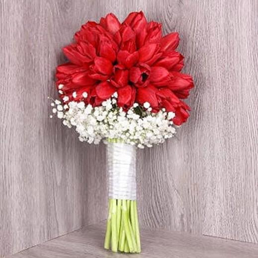 مسكة عروس من التوليب الأحمر - يتم التوصيل بواسطة Gate Of Flowers
