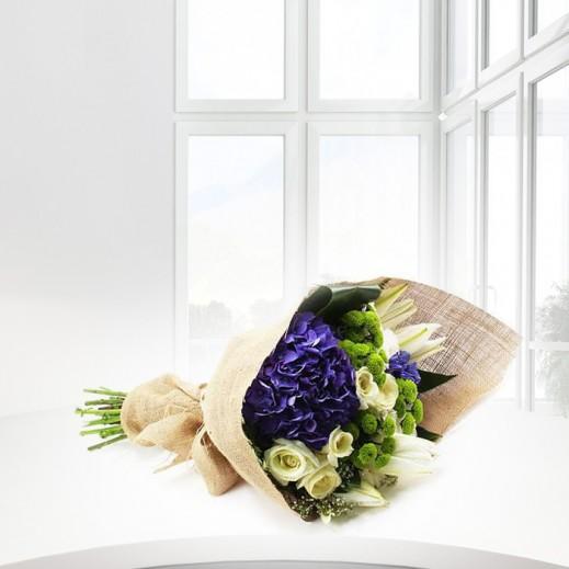باقة من الزهور والهيدرنجا الأزرق - يتم التوصيل بواسطة ورود A&K