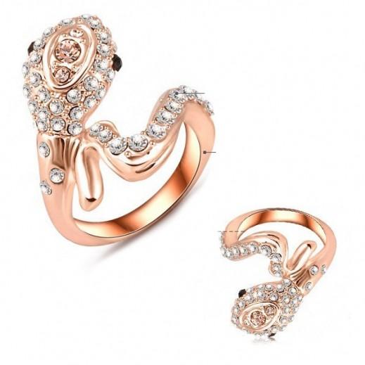هيلين – خاتم نسائي بشكل ثعبان الكوبرا مطلي بالذهب الوردي عيار 18 ومرصع بالكريستال المجري مقاس 8 موديل M01544