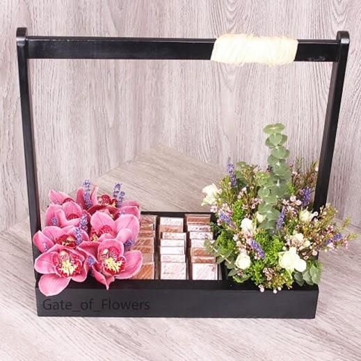 صندوق أسود من اللافندر والاوركيد مع الشوكولاته - يتم التوصيل بواسطة Gate Of Flowers