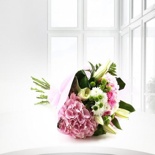 باقة من الهيدرنجا الوردي والزهور - يتم التوصيل بواسطة ورود A&K