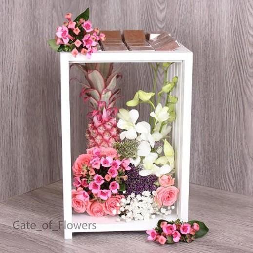 ستاند زهور بيبي روز مع الأناناس والشوكولاته - يتم التوصيل بواسطة Gate Of Flowers