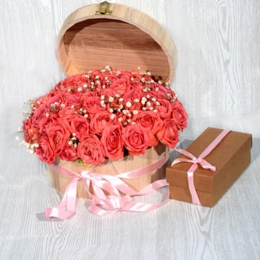 باقة زهور بيبي روز- برتقالي مع صندوق خشبي - يتم التوصيل بواسطة Covent Palace
