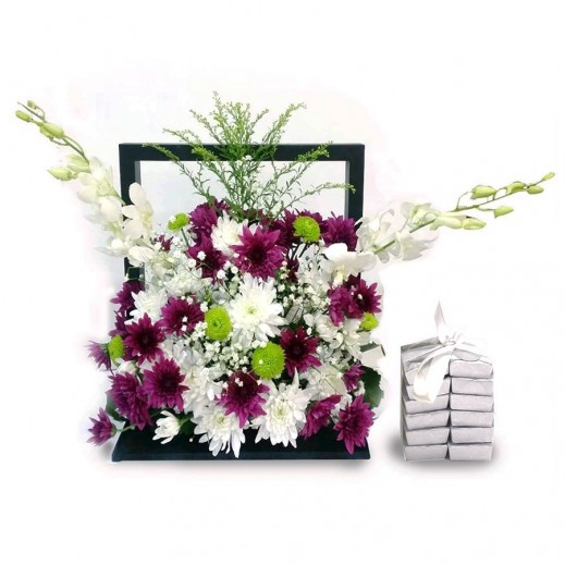 ستاند خشبي من الزهور البنفسجية - يتم التوصيل بواسطة Covent Palace