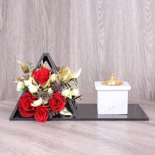 صينية سوداء من الجوري والبيبي روز  - يتم التوصيل بواسطة Gate Of Flowers