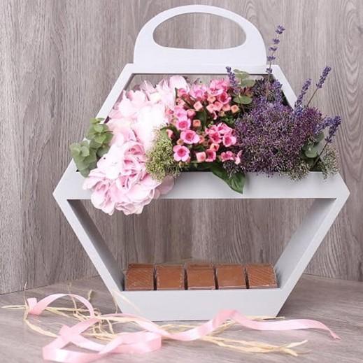 صندوق رمادي مع زهور هيدرنجا واللافندر والشوكولاته - يتم التوصيل بواسطة Gate Of Flowers
