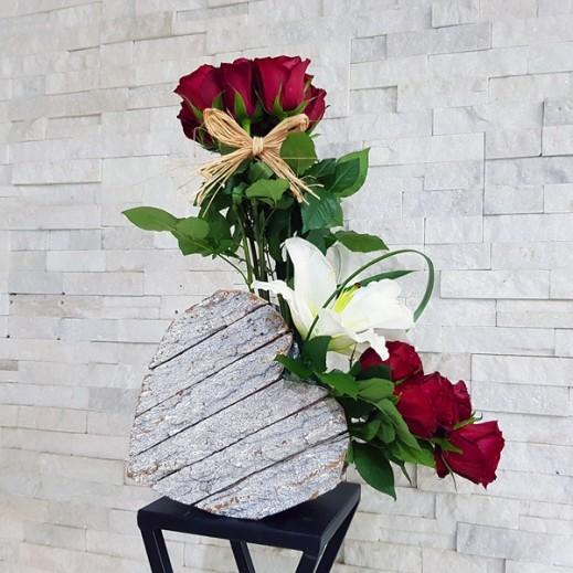 قلب خشبي من الزهور المتنوعة - يتم التوصيل بواسطة ورود A&K