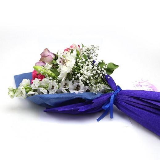 بوكيه يد من الزهور المتنوعة - يتم التوصيل بواسطة ورود A&K