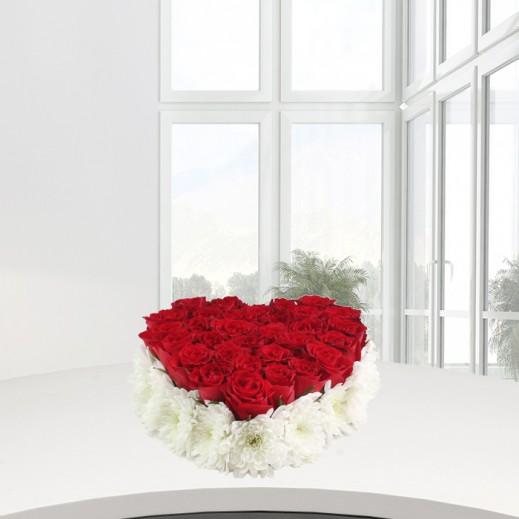 قلب من الورود البيضاء والحمراء - يتم التوصيل بواسطة ورود A&K