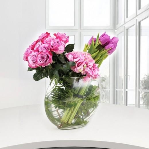 فازة من زهور التوليب والجوري - يتم التوصيل بواسطة ورود A&K