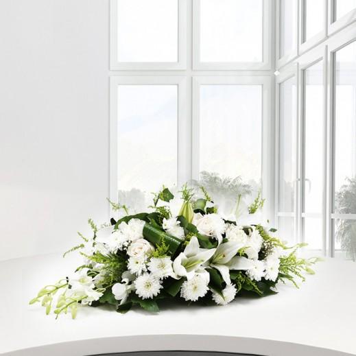 سنتر بيس من الورود البيضاء المتنوعة - يتم التوصيل بواسطة ورود A&K