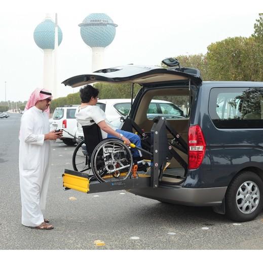 براون - رافعة الكرسي المتحرك للسيارة مع نظام تثبيت آمن - يتم التوصيل بواسطة Al Essa Company