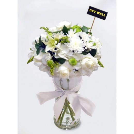 فازة زهور بيضاء متنوعة  - يتم التوصيل بواسطة Covent Palace