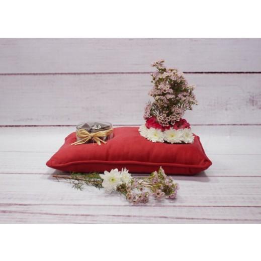 كوشية من الزهور مع الشوكلاته - يتم التوصيل بواسطة Gate Of Flowers