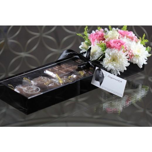 علبة أكريليك من الشوكولاته والزهور 1 كجم - يتم التوصيل بواسطة SugarestQ8 Chocolate