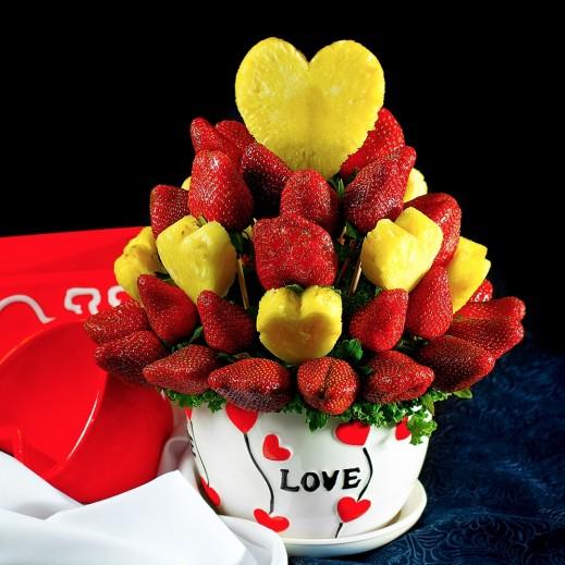 سلة من فاكهة الفراولة والأناناس  - يتم التوصيل بواسطة Fruit Art