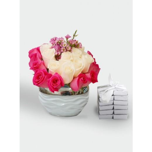 فازة زهور باللون الأبيض مع الوردي  - يتم التوصيل بواسطة Covent Palace