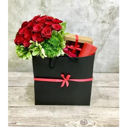 حقيبة من الزهور والشوكولاته  - يتم التوصيل بواسطة Art Fleur