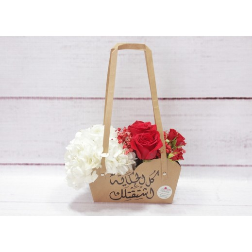 باقة من الجوري الأحمر و زهرة الهيدرنجا - يتم التوصيل بواسطة Gate Of Flowers