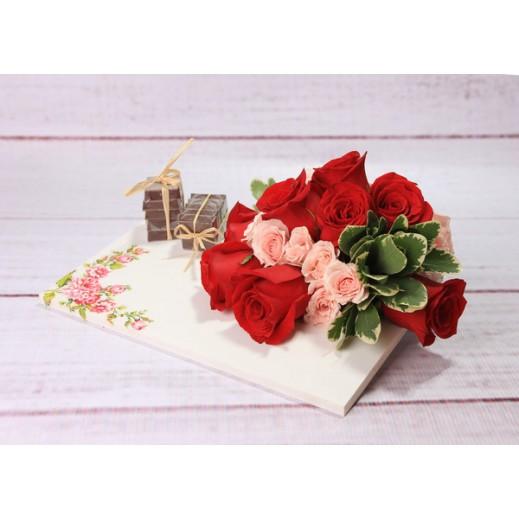 باقة من الجوري الأحمر والوردي - يتم التوصيل بواسطة Gate Of Flowers