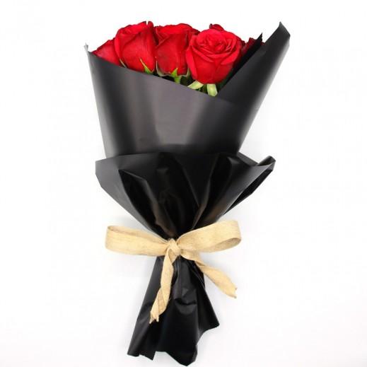 باقة جميلة ملفوفة من الورد الكبير - أحمر - يتم التوصيل بواسطة دولافلور خلا 4 ساعات عمل