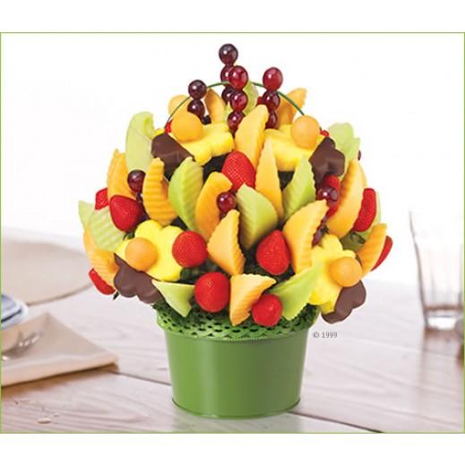 """إيدبل أرينجمنتس """"ديليشس فروت ديزاين مع الأزهار المغمورة بالشوكولاته"""" بوكيه كبير  - يتم التوصيل بواسطة Edible Arrangements"""