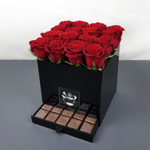 صندوق أكريليك مع الورود الحمراء والشوكولاته - يتم التوصيل بواسطة Flowerrique