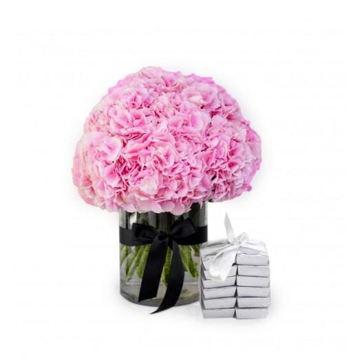 فازة زهور هيدرنجا وردية مع الشوكولاته - يتم التوصيل بواسطة Covent Palace