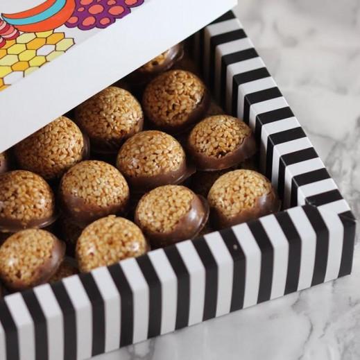 علبة سمسمية - حجم وسط 48 قطعة  - يتم التوصيل بواسطة SugarestQ8 Chocolate