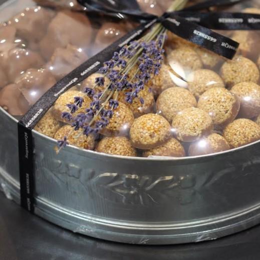 ماعون سمسمية مع جوز البيكان - 100 قطعة - يتم التوصيل بواسطة SugarestQ8 Chocolate
