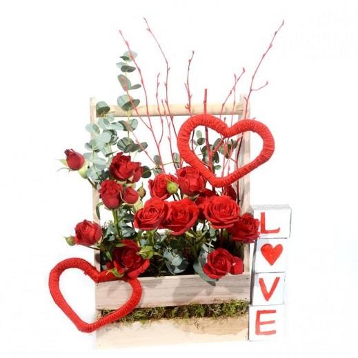 سلة خشبية من البيبي روز الأحمر  - يتم التوصيل بواسطة Covent Palace