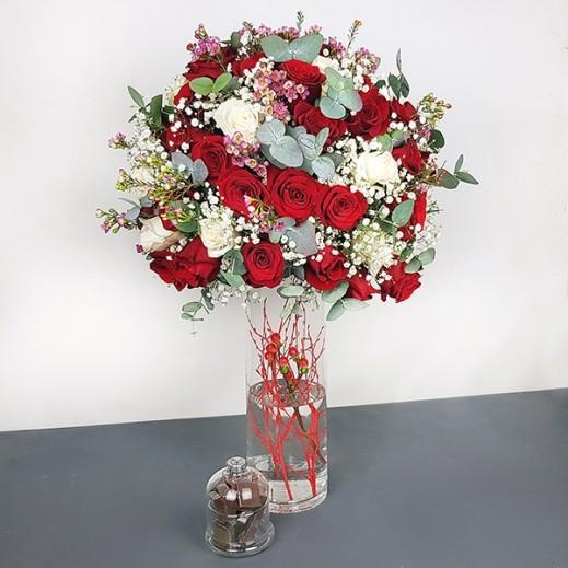 فازة زجاجية من الجيبسوفيلا مع الهايبريكم - يتم التوصيل بواسطة Flowerrique