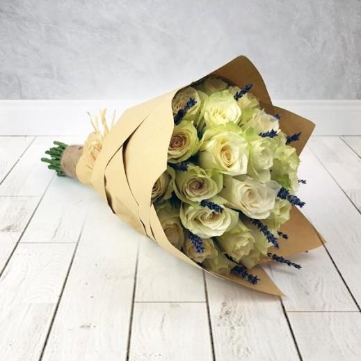 25 وردة بيضاء مع زهور اللافندر - يتم التوصيل بواسطة Flowerrique