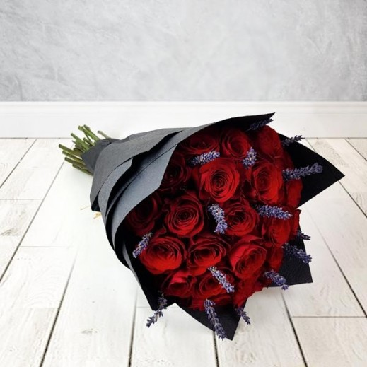باقة ورد أحمر مع زهور اللافندر 25 حبة - يتم التوصيل بواسطة Flowerrique